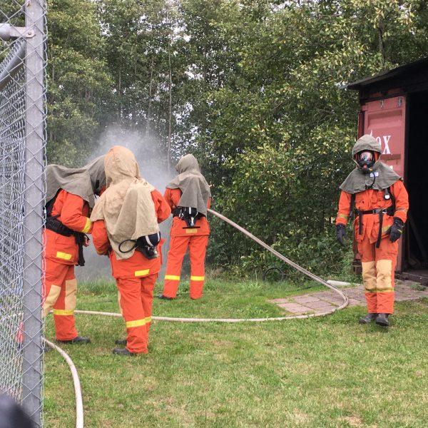 Utanför containern testade brandmännen munstyckets strålbild