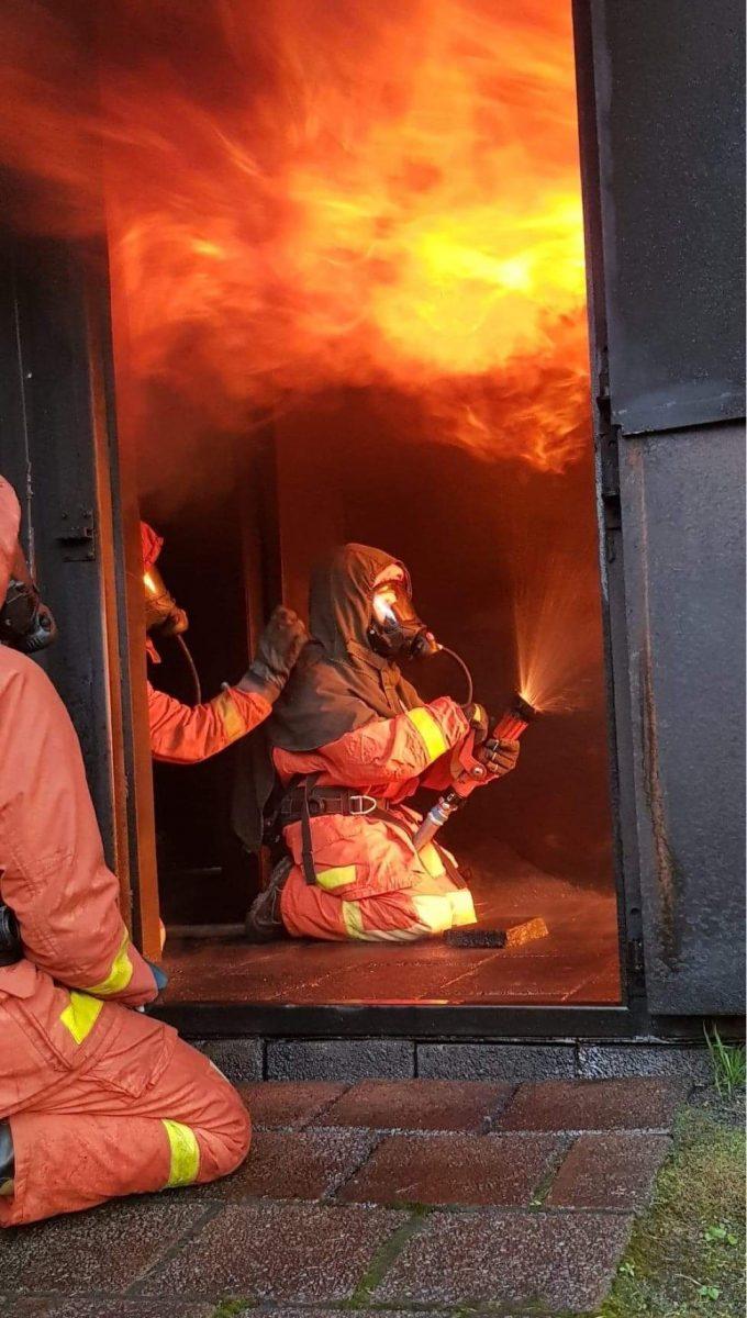 En brandman sitter i containern och tränar på släckteknik